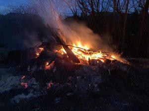 210406 – Feuer bei Aufräumungsarbeiten